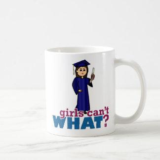 Chica de la graduación en vestido azul tazas