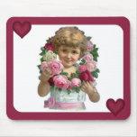 Chica de la guirnalda del rosa del Victorian Tapetes De Ratones