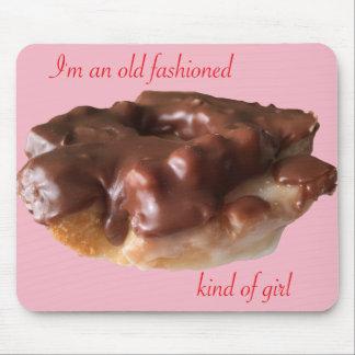Chica de la moda del chocolate del buñuelo viejo alfombrilla de ratón