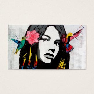 Chica de la pintada del arte de la calle con los tarjeta de negocios