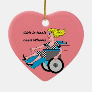 Chica de la silla de ruedas en talones adorno navideño de cerámica en forma de corazón