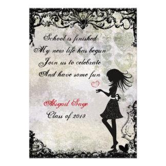Chica de la silueta e invitación de la graduación