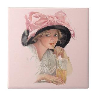 Chica de la soda que sorbe en gorra azulejo cuadrado pequeño