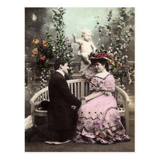 Chica de la tarjeta del día de San Valentín con el Postal