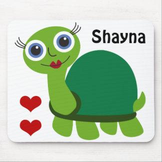 Chica de la tortuga con los corazones alfombrilla de ratón
