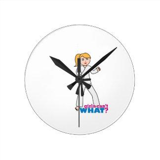 Chica de los artes marciales reloj redondo mediano