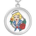 Chica del marinero del vintage con arte color de r joyeria personalizada