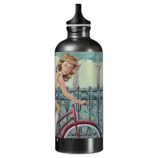 Chica del periódico y botella de agua de la