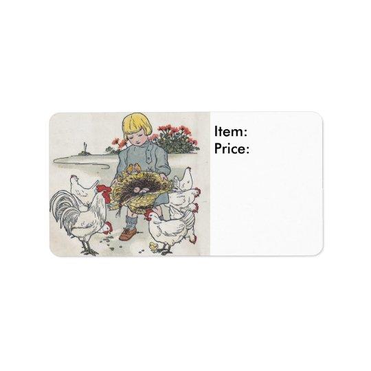 Chica del vintage con los polluelos que valoran al etiqueta de dirección
