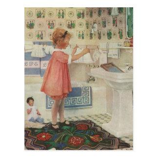 Chica del vintage, niño que hace la ropa colgante postal