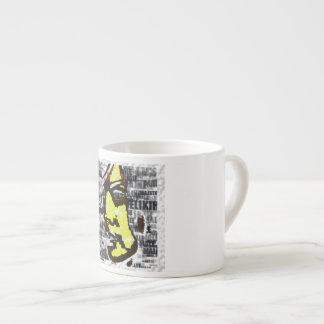 Chica en amarillo taza de espresso