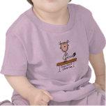 Chica en las camisetas y los regalos del haz de