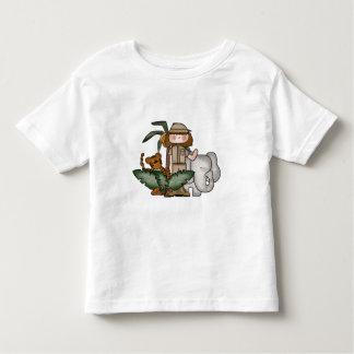 Chica en las camisetas y los regalos del safari