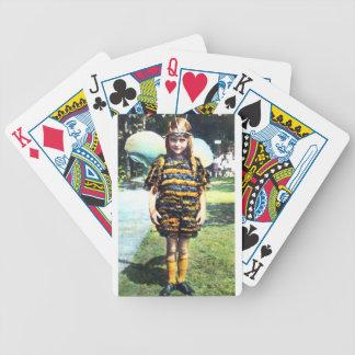 Chica en los años 20 del traje de la abeja barajas de cartas