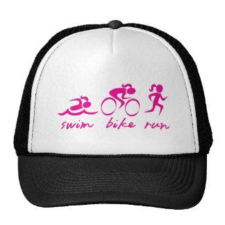Chica funcionado con bici de la nadada tri gorras de camionero