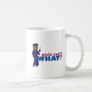 Chica graduado en vestido azul tazas