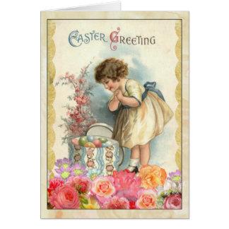 Chica joven con la tarjeta de felicitación del