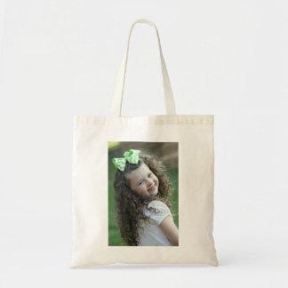 Chica joven en el tote del presupuesto bolsas de mano