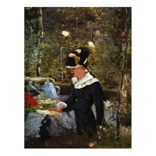 Chica joven en el umbral del jardín en la belleza postal