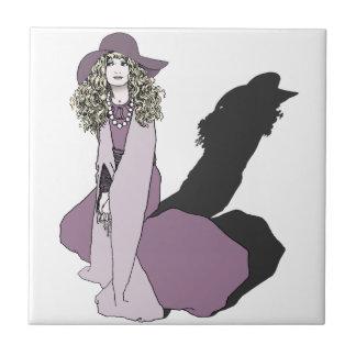 Chica joven en púrpura azulejo cuadrado pequeño