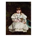 Chica joven que sostiene una postal del conejo del