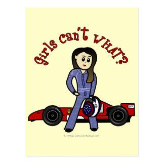 Chica ligero del conductor de coche de carreras postal