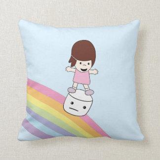 Chica lindo del dibujo animado en la almohada de