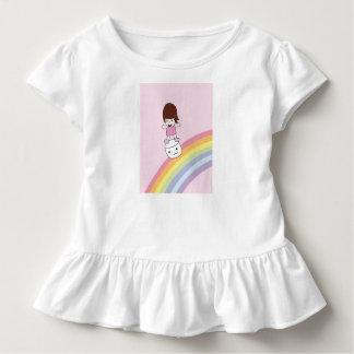 Chica lindo en camiseta del volante de la melcocha