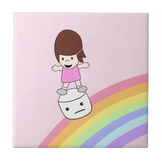 Chica lindo en la baldosa cerámica de la melcocha