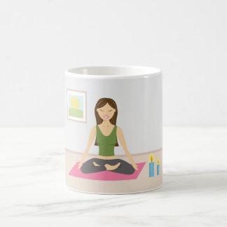 Chica lindo que hace yoga en un cuarto bonito taza de café