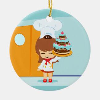 Chica lindo que sostiene la torta de cumpleaños adorno redondo de cerámica