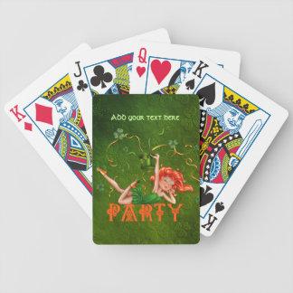 Chica marchosa del trébol barajas de cartas