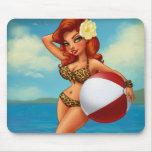 Chica modelo de la pelota de playa tapetes de ratones