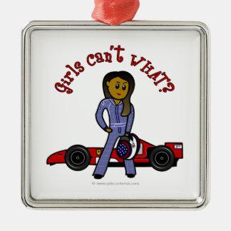 Chica oscuro del conductor de coche de carreras adorno navideño cuadrado de metal