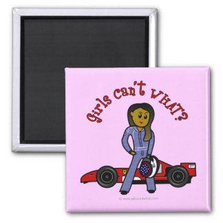 Chica oscuro del conductor de coche de carreras imanes