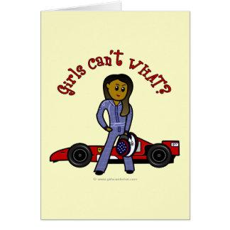 Chica oscuro del conductor de coche de carreras felicitaciones