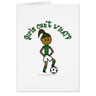 Chica oscuro del fútbol en verde tarjeta de felicitación