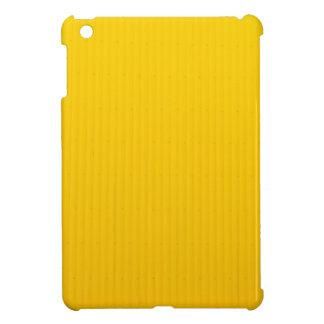 Chica que camina contra la pared amarilla enorme