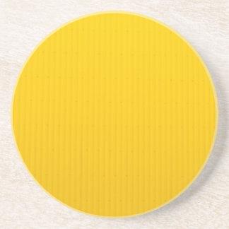 Chica que camina contra la pared amarilla enorme posavasos de arenisca