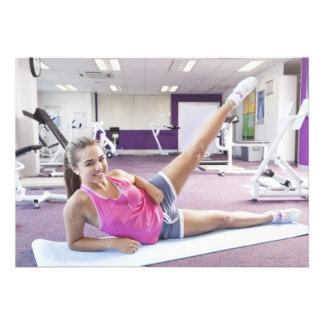 Chica que ejercita en gimnasio invitacion personal