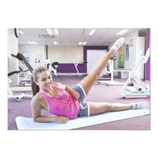 Chica que ejercita en gimnasio invitación 12,7 x 17,8 cm
