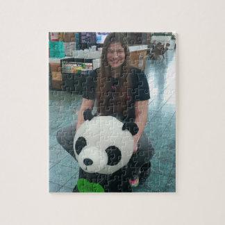 Chica que monta un oso de panda puzzle