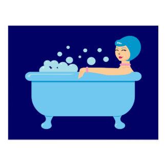 Chica retro del baño de burbujas postal