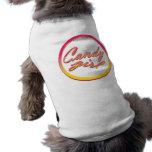 Chica rosado del caramelo del vintage con el perro camisa de mascota