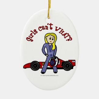 Chica rubio del conductor de coche de carreras adorno navideño ovalado de cerámica