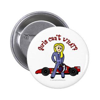 Chica rubio del conductor de coche de carreras pins