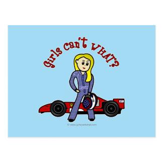 Chica rubio del conductor de coche de carreras postal