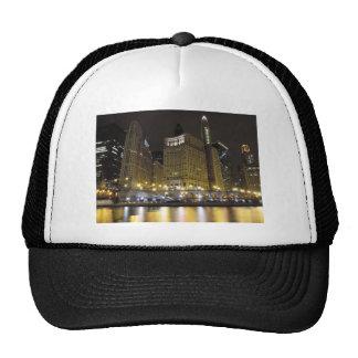 Chicago céntrica en el río Chicago en la noche Gorra