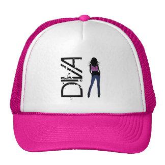 Chicas de la moda que presentan el gorra modelo de