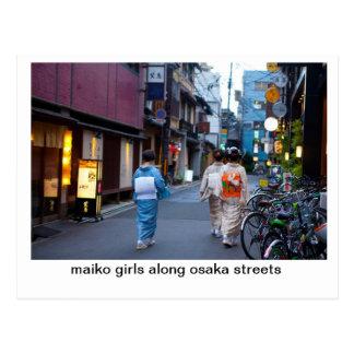 Chicas de Maiko a lo largo de las calles de Osaka Postal